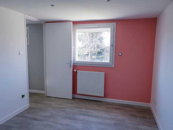Premier mur peint et fenêtre posée